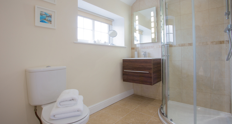 bathroom at Honeycomb cottage Warkworth, pet friendly cottages with real fire in Warkworth, coastal retreats in Warkworth and Alnmouth, holiday cottages close to the beach Northumberland