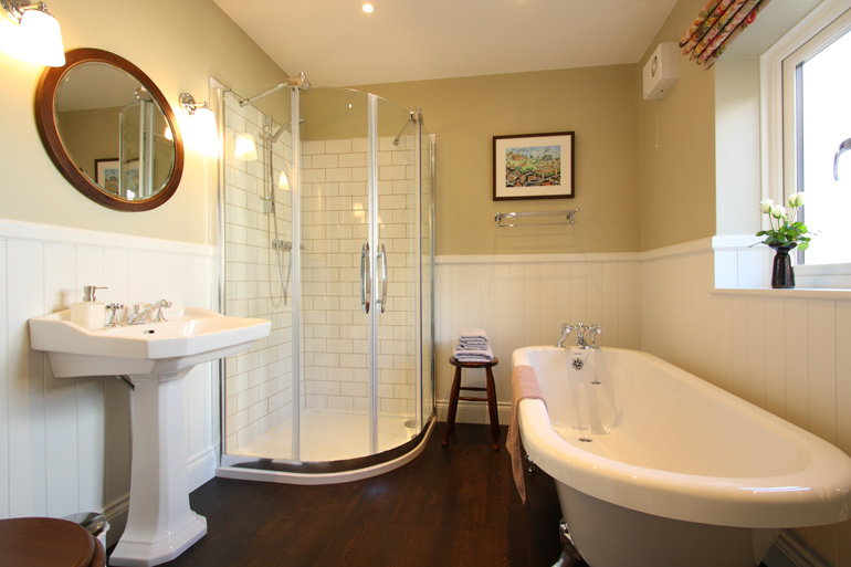 luxury_holiday_cottage_bathroom_with_roll_top_bath
