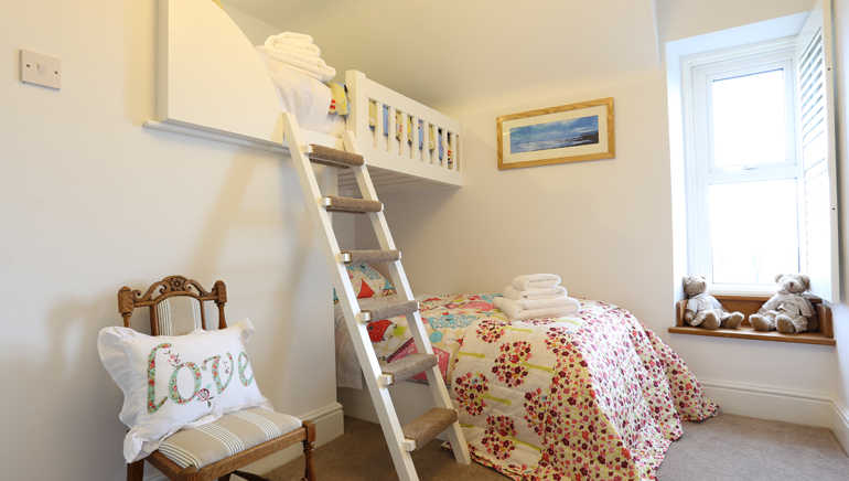 Luxury holiday cottage in Warkworth with bunk beds for children and pets welcome, country cottages that accept dogs with a real fire
